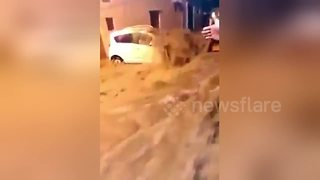 Terrified driver stranded in Hyderabad flash flood - Video