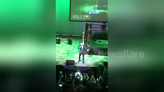 Conor McGregor leads chants of 'Glasgow's green and white' - Video