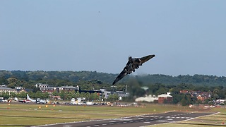 Avro Vulcan makes short take off and amazing steep climb - Video