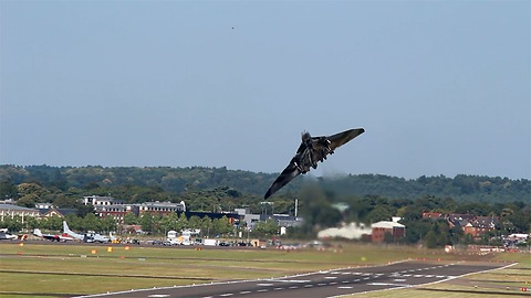 Avro Vulcan makes short take off and amazing steep climb