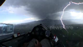 Glider narrowly misses lightning strike during thunderstorm - Video