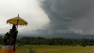 Bali volcano continues to erupt as airport reopens - Video