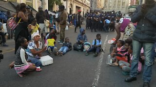 SOUTH AFRICA - Cape Town - Refugees removed from outside Central Methodist Mission (Video) (nvE)