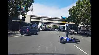 Motorist hits biker in San Francisco - Video
