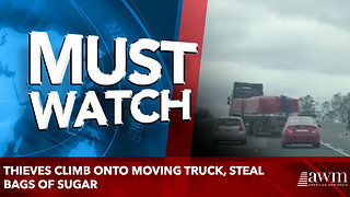 Thieves climb onto moving truck, steal bags of sugar - Video