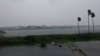 Strong Winds Batter Chennai as Cyclone Vardah Approaches - Video