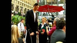 World's Tallest Man In NY - Video
