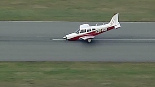 Plane lands without landing gear locked - Video