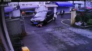 Passersby lift car up to rescue girl trapped underneath - Video