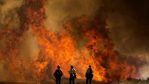 Southern California Fires Burns 20,000 Acres, Displaces Thousands