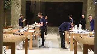 Apple employees prepare for iPhone 8 launch despite lack of queues - Video