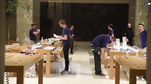 Apple employees prepare for iPhone 8 launch despite lack of queues
