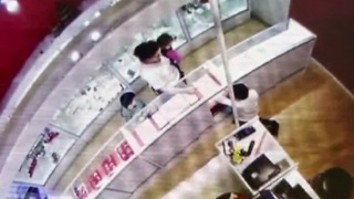 Woman caught on camera using kids to steal $30k in jewelry - Video