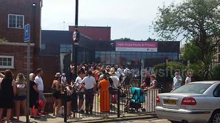 Scores of Londoners queue for outdoor swimming pool during heatwave - Video