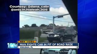 Man atacks car in Florida road rage incident - Video