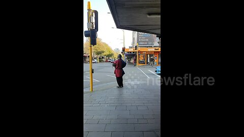 New Zealand man captures moment 4 people partake in sword fight on a road