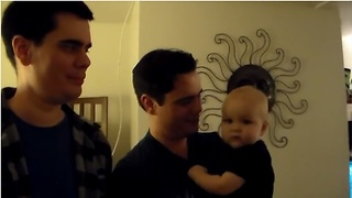 Baby confuses dad with twin brother - Video