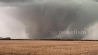 Massive tornado touches down in Kansas - Video