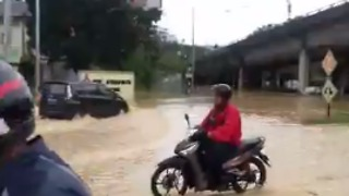 Penang Locals Navigate Along Flooded Highway - Video
