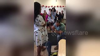 Man surprises teacher girlfriend with marriage proposal in front of her class - Video