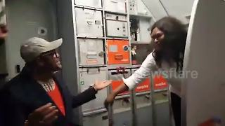 Couple get engaged mid-air during flight back from holiday - Video