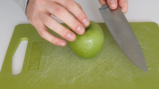 How to keep a cut apple fresh in your lunchbox - Video