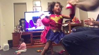 5-year-old girl trains with dad to become pro boxer - Video