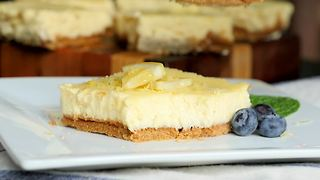Healthy lemon cheesecake bars - Video