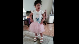 4-year-old adorably dances to salsa music - Video