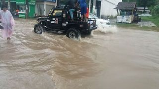 Drivers Brave Koh Samui Island Flooding - Video