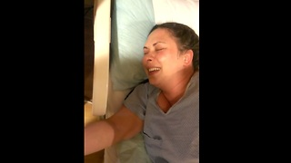 Woman can't contain her laughter before giving birth - Video