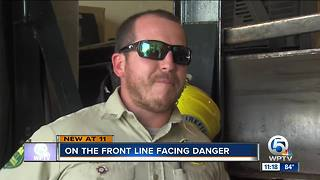 Florida firefighter returns home after battling wildfires in Oregon - Video