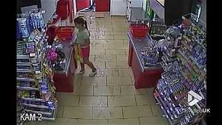 Store employee chases thieves with shovel - Video