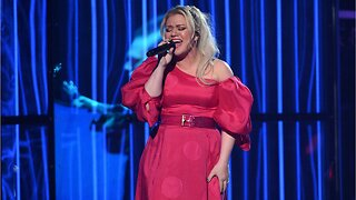 Kelly Clarkson Has Appendix Removed After Hosting Billboards