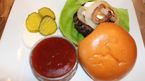 Burgers with caramelized onions and sweet sauce