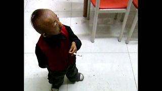 World's Shortest Man Goes To Work - Video
