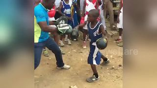 13-year-old takes part in street boxing session in Lagos - Video