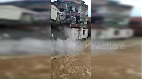 Residential house collapses as flash flooding hits China's Jianghua