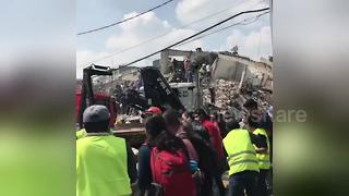 Volunteers clear rubble in search for survivors after Mexico quake - Video