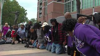 Ray Lewis fans stand in solidarity after petition to remove statue surfaces - Video