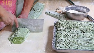 Talented Chinese Street Food Vendor Makes Spinach Noodles By Hand - Video