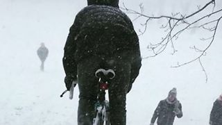 Man Charges Down Snowy Hill on Bike During Glasgow White-Out - Video