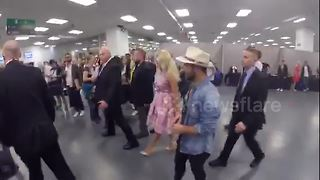 Pamela Anderson arrives at London Film and Comic Con - Video