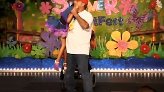 Loving father's inspiring dance with special needs daughter - Video