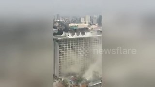 Dramatic rescue of guest from Philippines hotel fire - Video