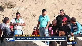New wave of migrants reaches border - Video