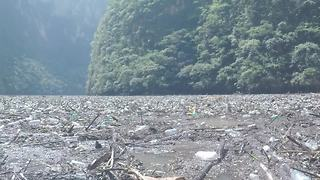 Tonnes of plastic waste cover river in southern Mexico - Video
