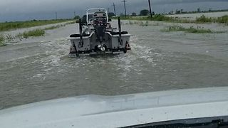 Good Samaritans Navigate Flooded Houston Streets by Boat, Assist in Water Rescues - Video