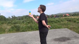Man solves Rubik's cube with one hand behind his back while juggling! - Video