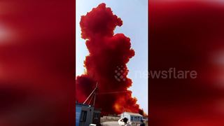 Leak at chemical plant sends thick RED smoke over Chinese city - Video